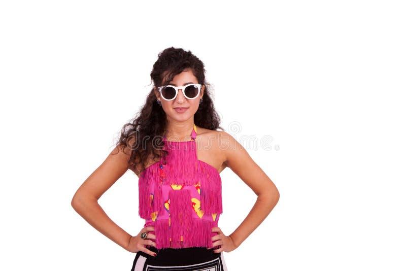 Szczęśliwa młoda kobieta pozuje z rękami na biodrach fotografia royalty free