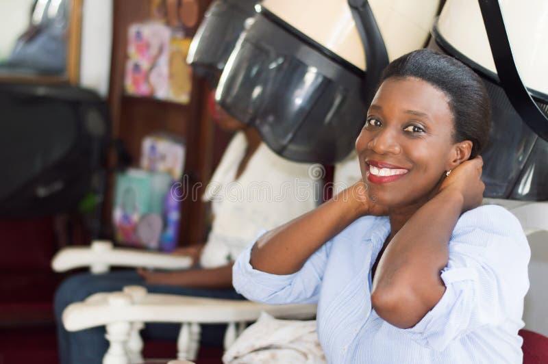 Szczęśliwa młoda kobieta przy włosianym salonem obrazy royalty free