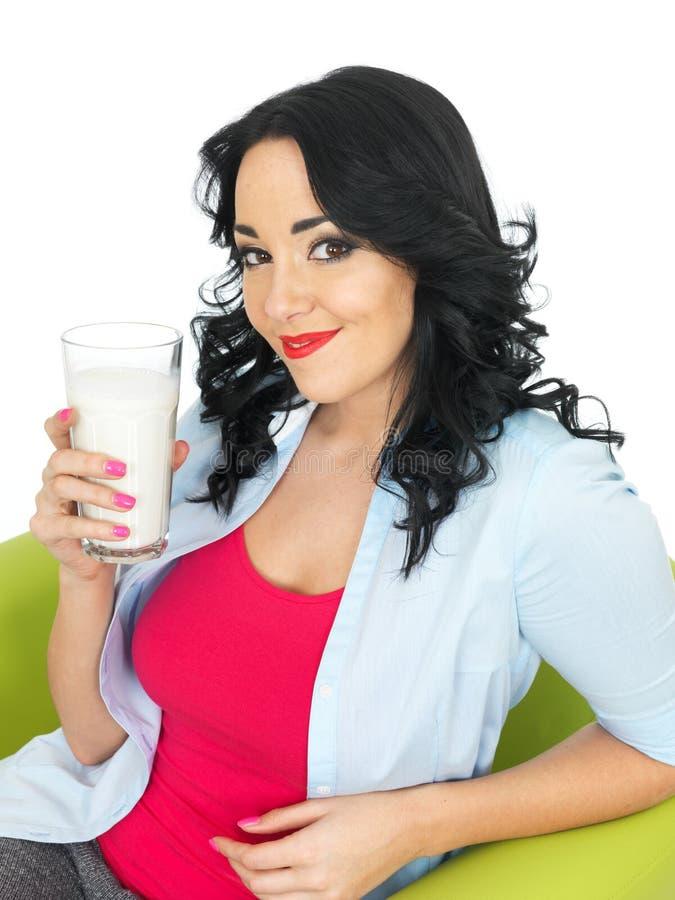 Szczęśliwa młoda kobieta Relaksuje Pijący Wielkiego szkło Świeży mleko obrazy royalty free