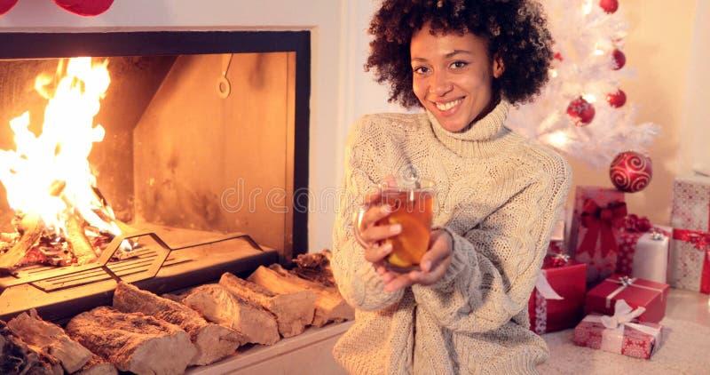Szczęśliwa młoda kobieta relaksuje przy bożymi narodzeniami zdjęcie stock