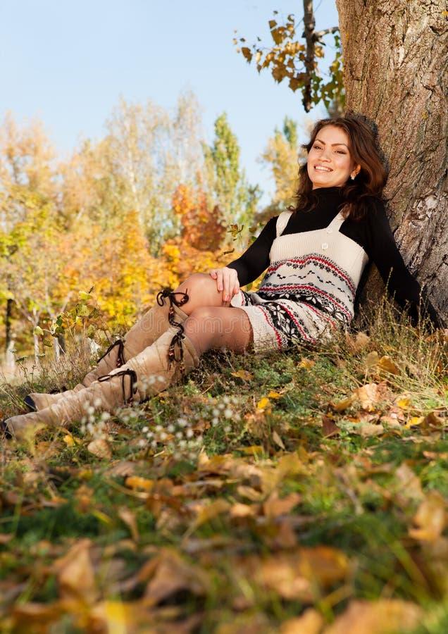 Szczęśliwa młoda kobieta relaksuje w parku zdjęcie stock