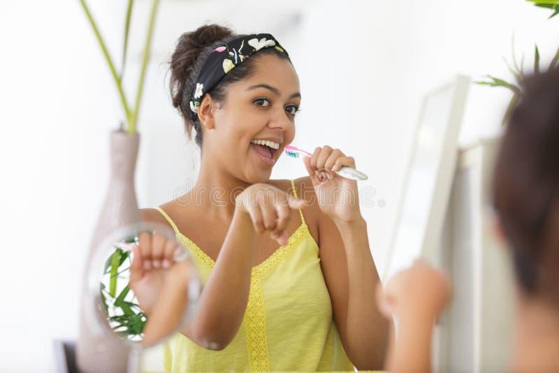 Szczęśliwa, młoda kobieta, szczotkująca zęby zdjęcie royalty free