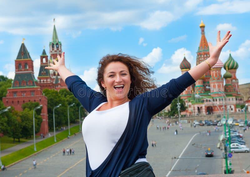 Szczęśliwa młoda kobieta turystyczny odwiedza Moskwa zdjęcia stock