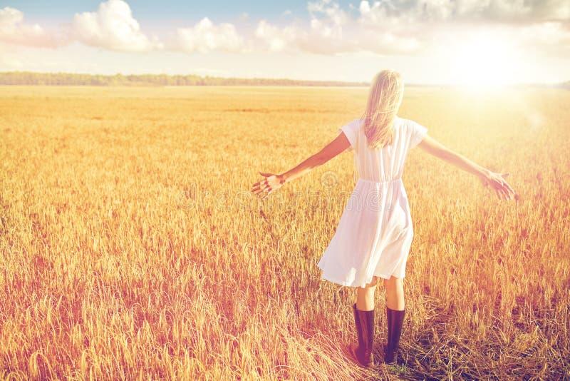 Szczęśliwa młoda kobieta w biel sukni na zboża polu zdjęcie royalty free