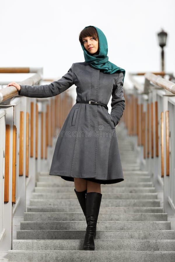 Szczęśliwa młoda kobieta w klasycznym żakiecie na krokach fotografia stock