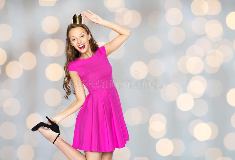 Szczęśliwa młoda kobieta w princess koronie nad światłami fotografia royalty free