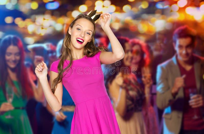 Szczęśliwa młoda kobieta w princess koronie przy noc klubem obrazy stock