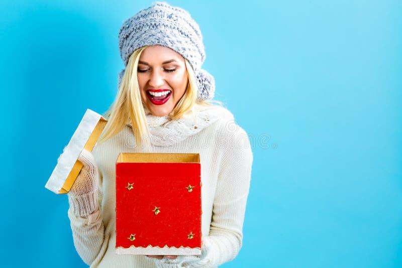 Szczęśliwa młoda kobieta z Bożenarodzeniowej teraźniejszości pudełkiem obrazy stock