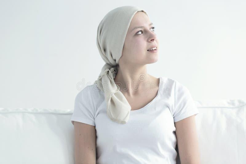 Szczęśliwa młoda kobieta z chustka na głowę zdjęcie stock