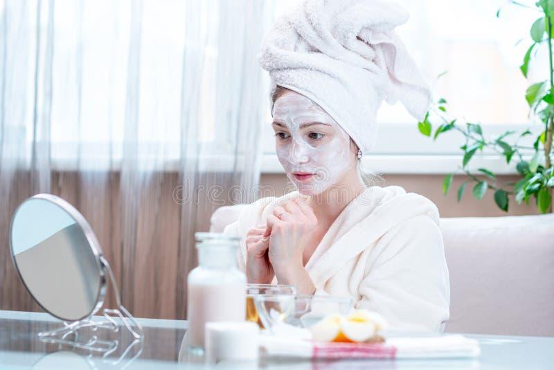 Szczęśliwa młoda kobieta z naturalną kosmetyk maską na jej twarzy Pojęcie skóry opieka i zdrojów traktowania w domu obraz stock