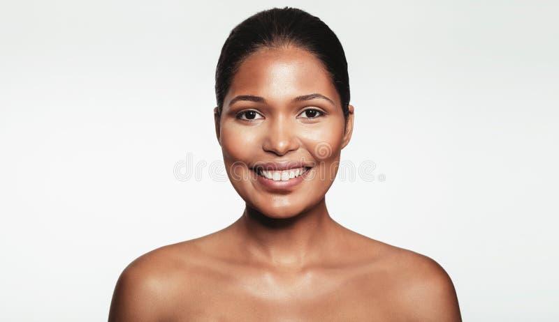 Szczęśliwa młoda kobieta z naturalnym makeup obrazy royalty free