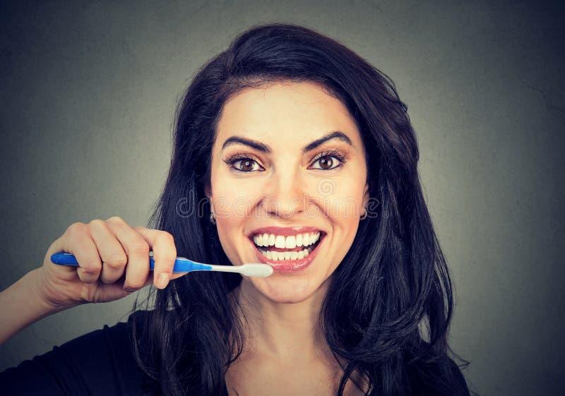 Szczęśliwa młoda kobieta z toothbrush obrazy stock