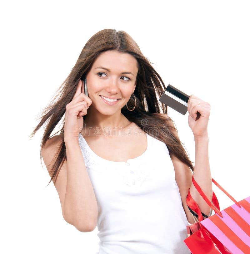 Szczęśliwa młoda kobieta z torba na zakupy i kredytową kartą fotografia royalty free
