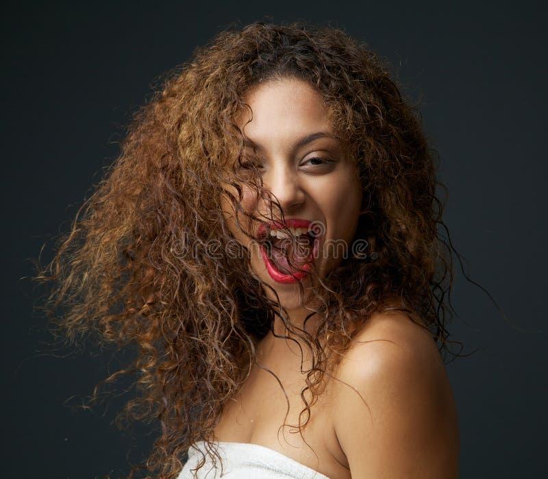 Szczęśliwa młoda kobieta z zabawy wyrażeniem na twarzy obraz royalty free