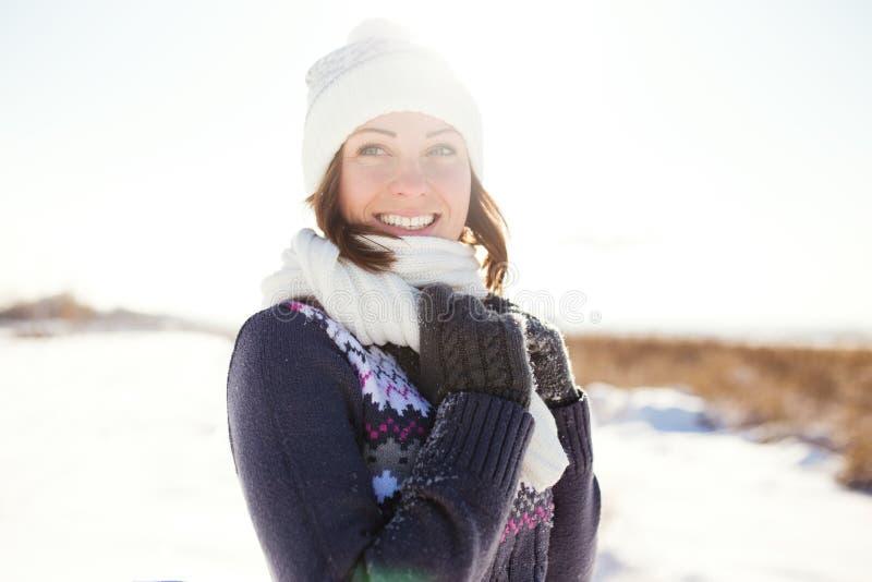 Szczęśliwa młoda kobieta zabawę i cieszy się świeżego śnieg zdjęcia royalty free
