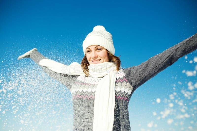 Szczęśliwa młoda kobieta zabawę i cieszy się świeżego śnieg zdjęcie stock