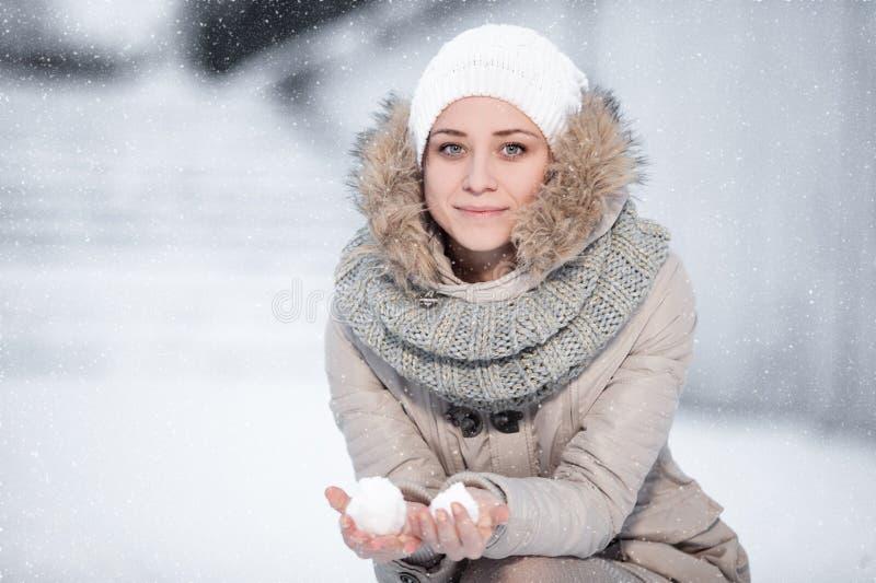 Szczęśliwa młoda kobieta zabawę i cieszy się świeżego śnieg przy piękną wygraną obraz stock