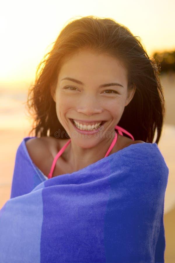 Szczęśliwa młoda kobieta Zawijająca W ręczniku Przy plażą obraz stock