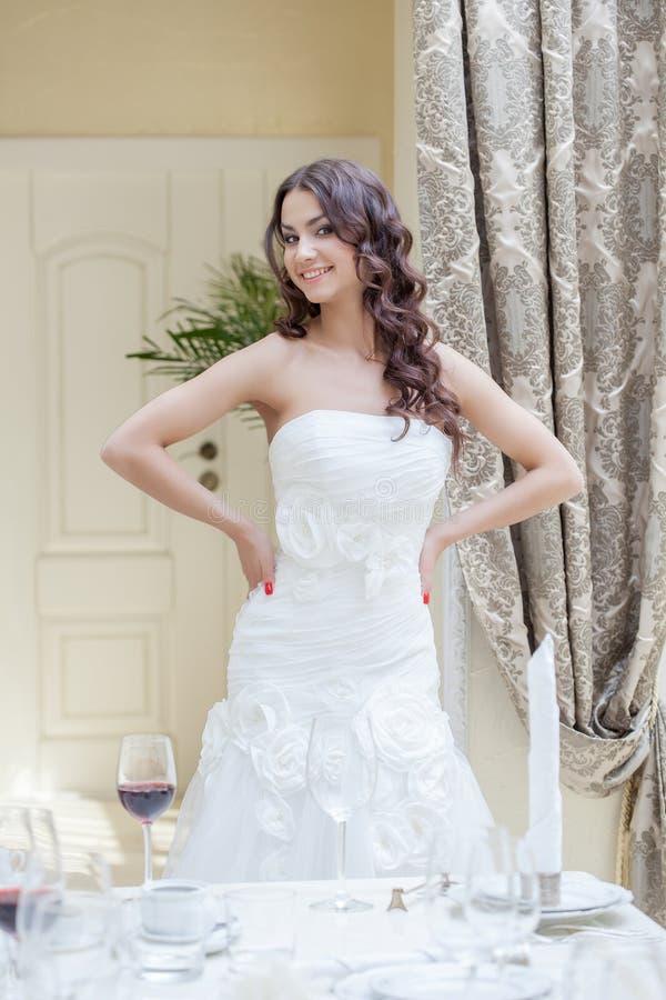 Szczęśliwa młoda panna młoda pozuje w pokoju hotelowym zdjęcie royalty free