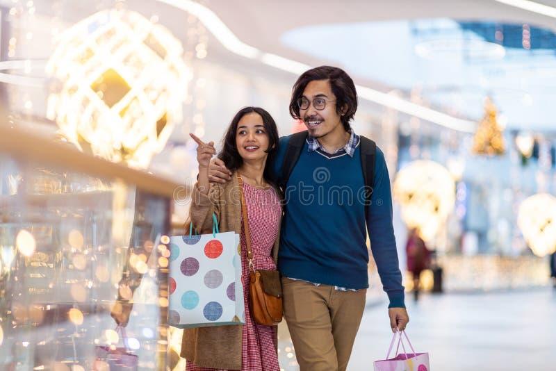 Szczęśliwa młoda para w centrum handlowym obraz stock