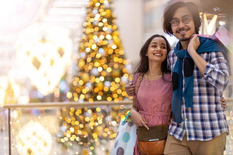 Szczęśliwa młoda para w centrum handlowym zdjęcie royalty free