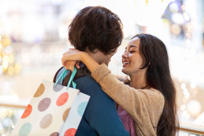 Szczęśliwa młoda para w centrum handlowym zdjęcia stock