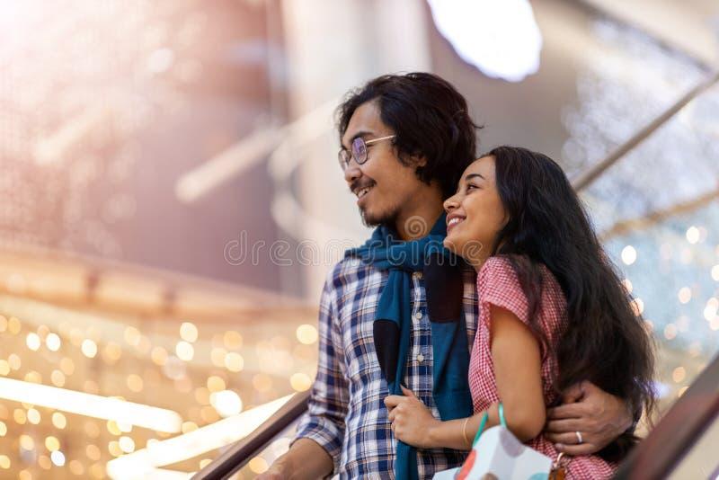 Szczęśliwa młoda para w centrum handlowym zdjęcia royalty free