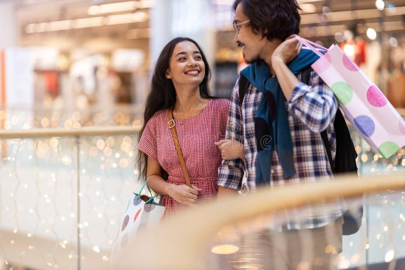 Szczęśliwa młoda para w centrum handlowym fotografia royalty free