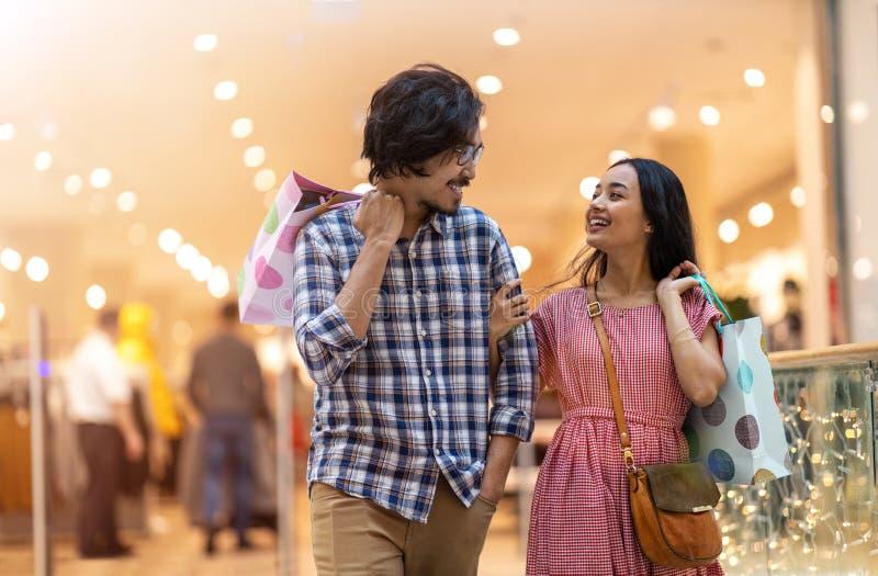 Szczęśliwa młoda para w centrum handlowym zdjęcie stock
