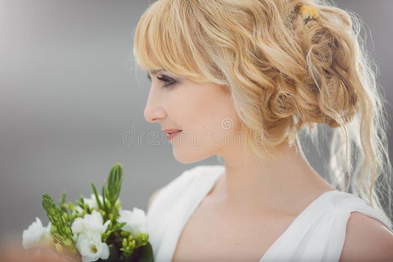 Szczęśliwa młoda piękna panna młoda z ślubnym bukietem zdjęcie royalty free