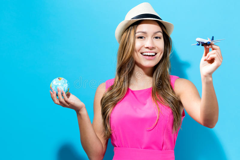 Szczęśliwa młoda podróżna kobieta zdjęcia stock
