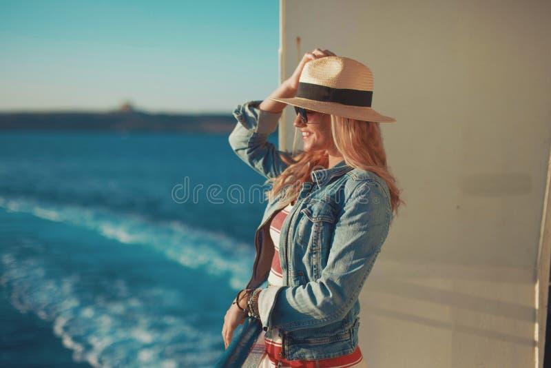 Szczęśliwa młoda podróżnik kobieta na statku wycieczkowego czekaniu dla dokować fotografia stock