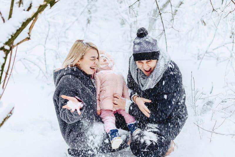 szczęśliwa młoda rodzina chodzi z dzieckiem na zimy ulicie, mama, tata, c zdjęcie stock
