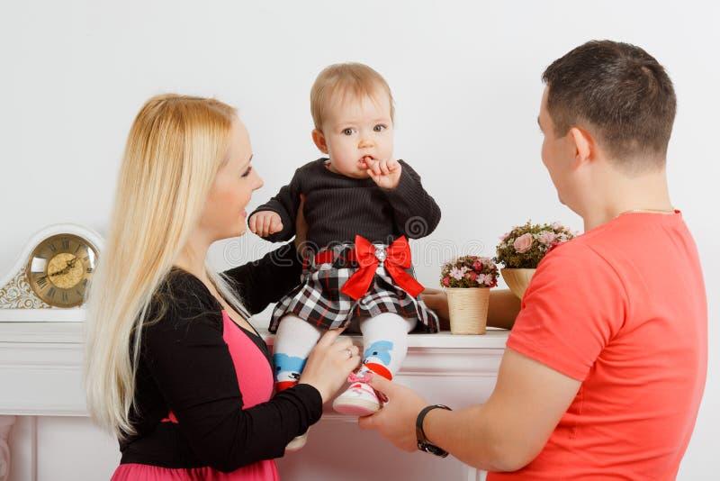 Szczęśliwa młoda rodzina, mama tata i mała dziewczynka, zdjęcie royalty free