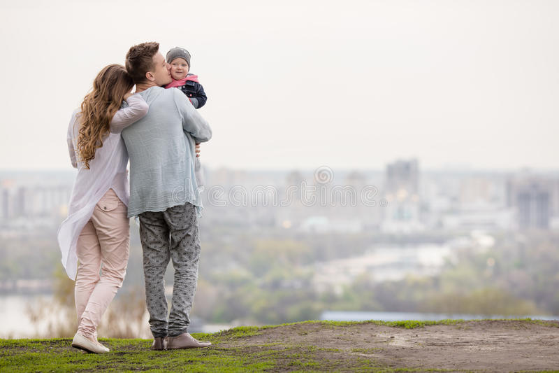 Szczęśliwa młoda rodzina na miasta tle obrazy stock