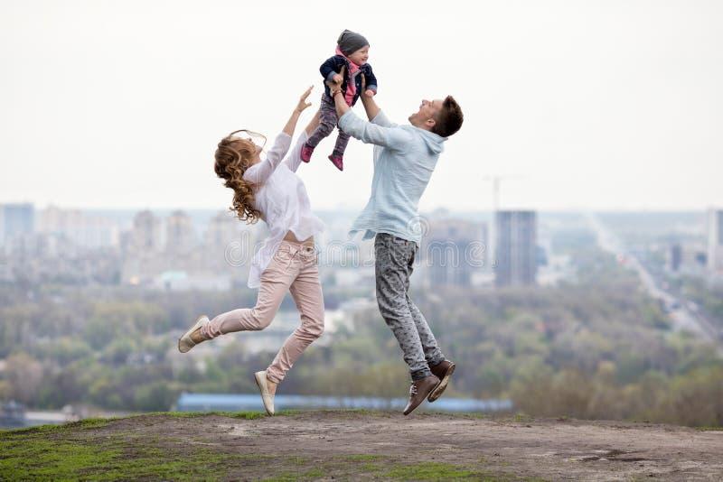 Szczęśliwa młoda rodzina na miasta tle zdjęcie royalty free