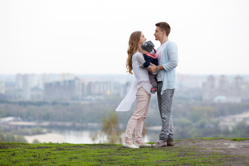Szczęśliwa młoda rodzina na miasta tle obrazy royalty free