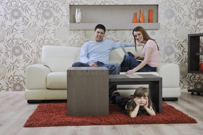 Szczęśliwa młoda rodzina w domu obrazy royalty free