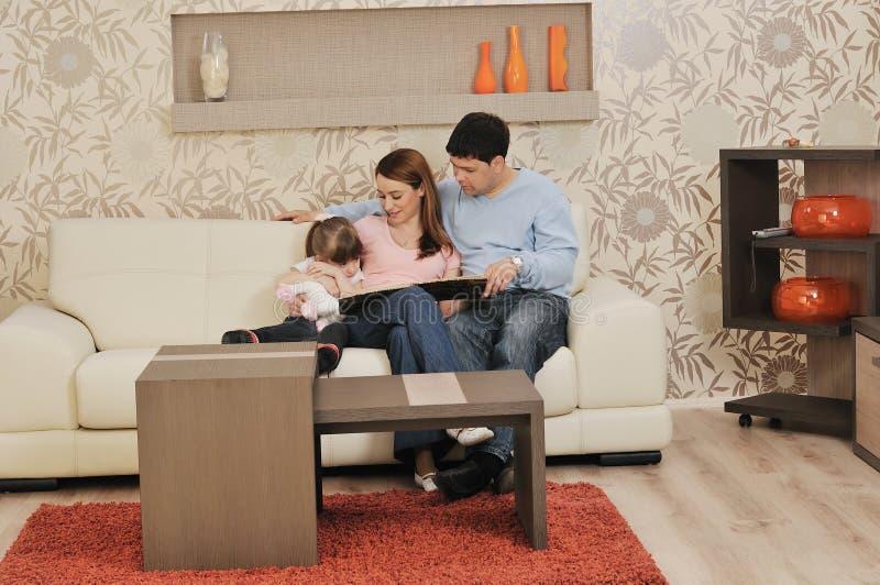 Szczęśliwa młoda rodzina w domu zdjęcia stock