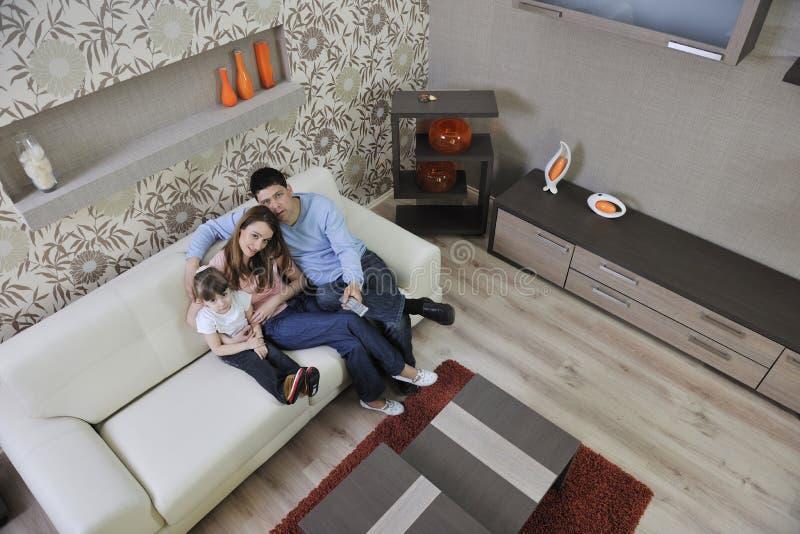 Szczęśliwa młoda rodzina w domu fotografia royalty free