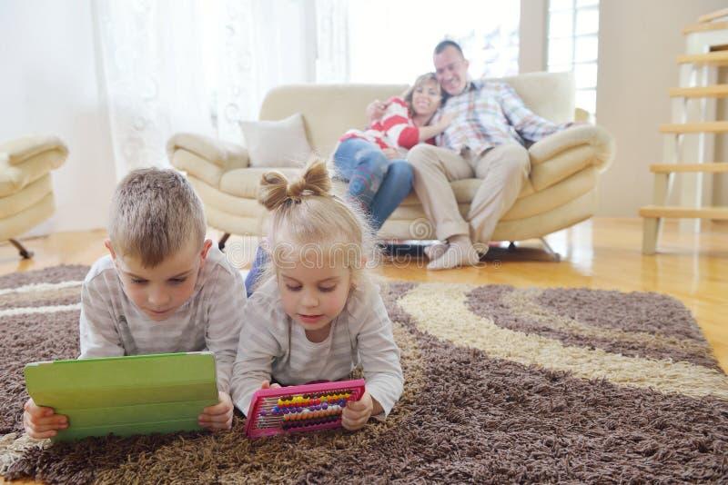 Szczęśliwa młoda rodzina w domu obrazy stock