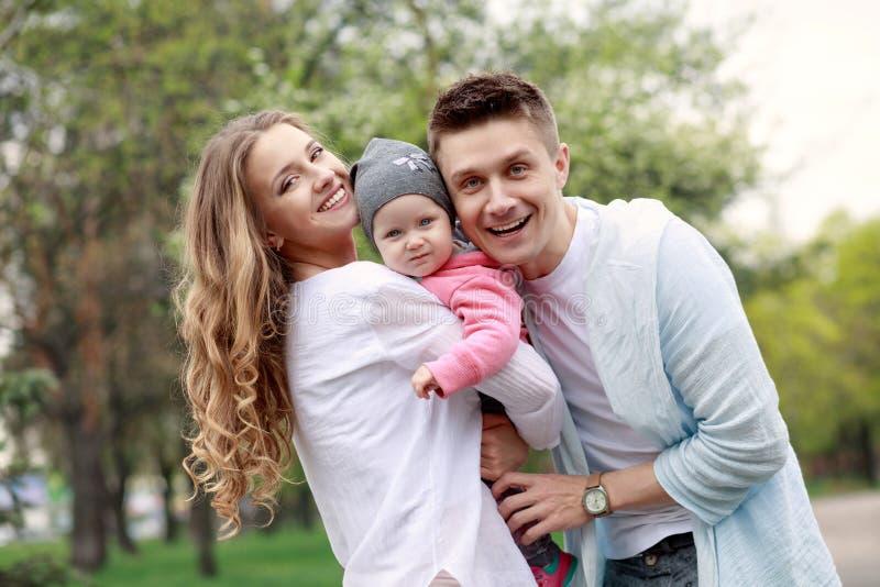Szczęśliwa młoda rodzina w parku fotografia royalty free