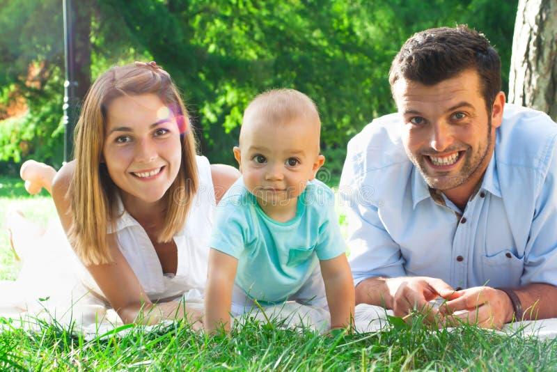 Szczęśliwa młoda rodzina wydaje czas plenerowego na lata daycouple zdjęcia stock