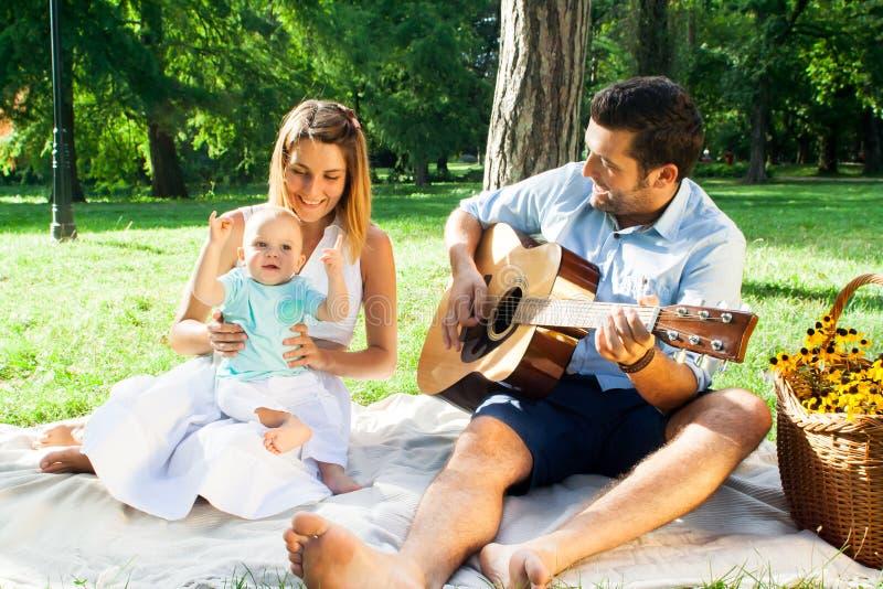 Szczęśliwa młoda rodzina wydaje czas plenerowego na lata daycouple obrazy royalty free