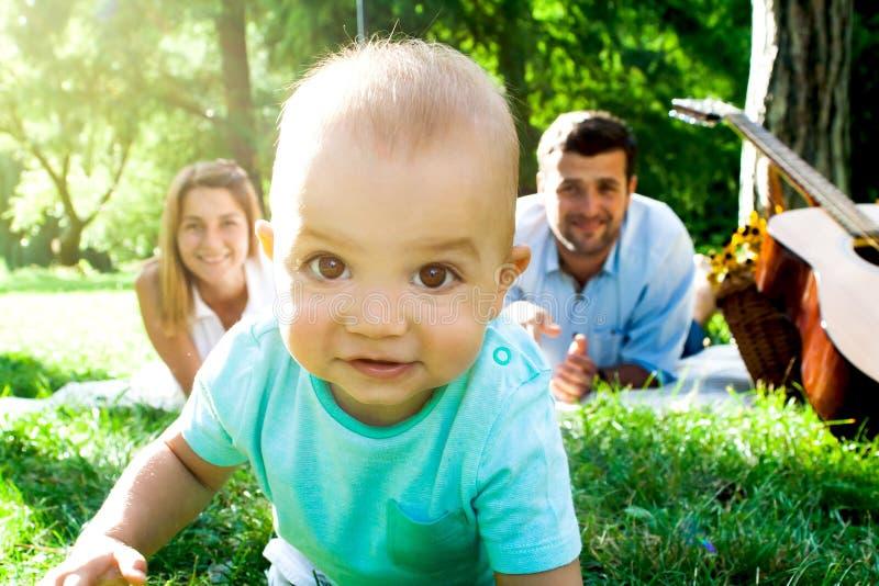 Szczęśliwa młoda rodzina wydaje czas plenerowego na letnim dniu zdjęcie stock