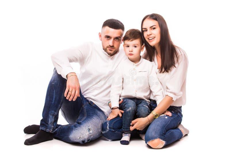 Szczęśliwa młoda rodzina z ładny dziecka pozować obrazy royalty free