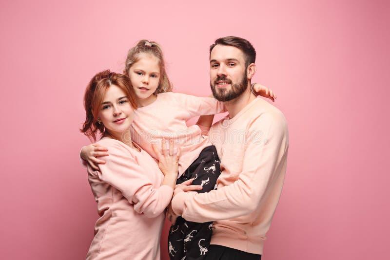 Szczęśliwa młoda rodzina z jeden małą córką pozuje wpólnie zdjęcie royalty free