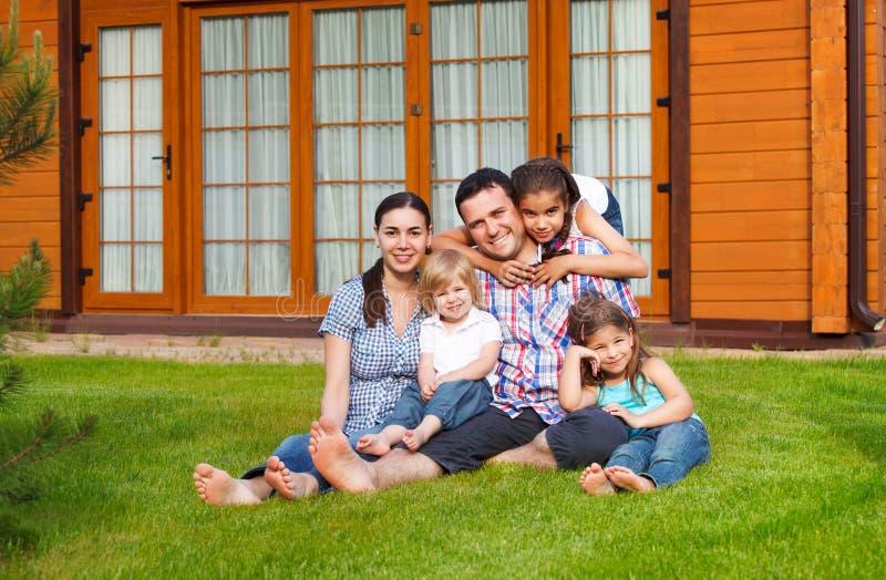 Szczęśliwa młoda rodzina z trzy dziećmi zdjęcia royalty free