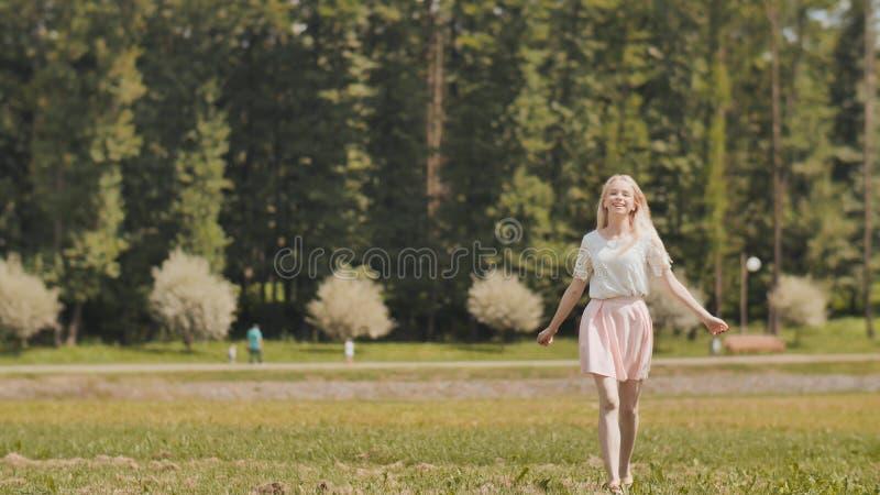 Szczęśliwa młoda rosyjska dziewczyna biega w miasto parku obrazy stock