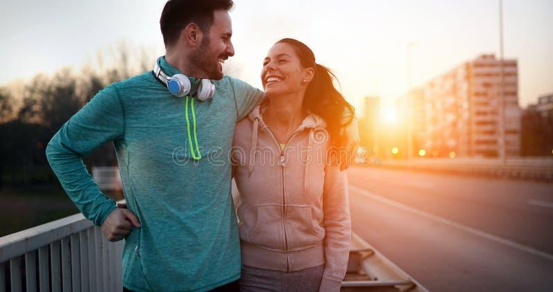 Szczęśliwa młoda sporty para dzieli romantycznych momenty obrazy stock